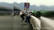 【广西】货车司机打人后逃跑 被警察拦下拒捕并开车一路冲撞警车险被怼下河
