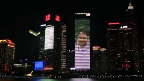 膜拜!上海外滩为费德勒亮灯 天王夺冠笑傲沪城