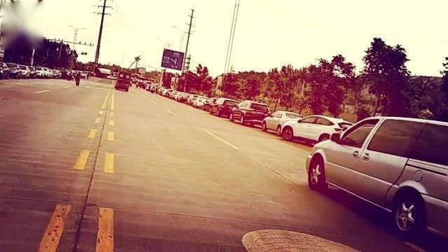 清明祭祖:路边停满了车,载满了对逝去亲人的思念,多远都要回来