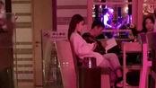 """王思聪抽奖前现身酒吧,众美女围绕,屏幕上播放""""王思聪吃热狗"""""""