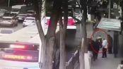 西宁路面塌陷少年救人坠入坑中 网友:已被救出送医