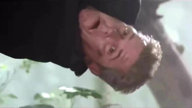 男子倒挂树上被食人鳄一口咬掉头 惊呆了小伙伴